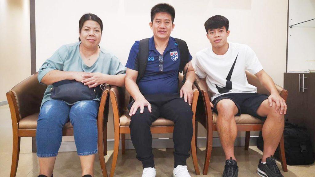 นาย เอกนิษฐ์ ปัญญา นักฟุตบอลทีมชาติไทยและสโมสรเชียงราย เกาะติดข่าวกีฬา